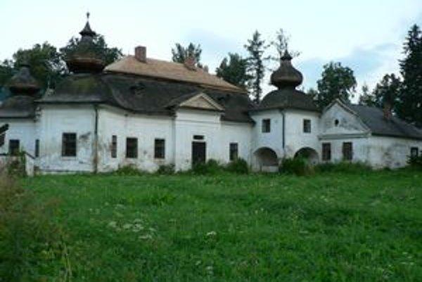 Stará šindľová strecha na bývalom kaštieli vo Vyšnom Kubíne zatekala, majiteľ ju po odsúhlasení pamiatkárov opravuje.