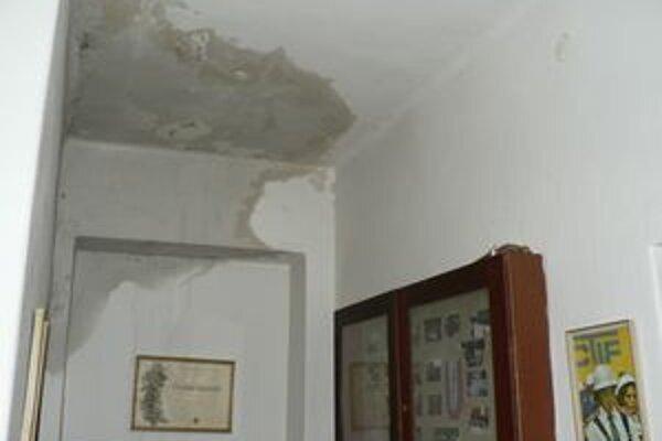 Vytopená hasičská zbrojnica. Párničania po vytrvalých lejakoch zakaždým rátajú škody.