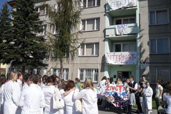 Študenti zdravotníckej školy v Dolnom Kubíne protestovali proti plánovanému zrušeniu ich internátu.