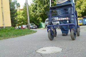 Aj tu bola kedysi asfaltová bublina. Stačil úder kladivom a bolo po nej.