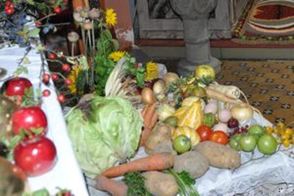 Viac ako päťdesiat druhov ovocia a zeleniny, takmer všetko z vlastných záhradiek a chotára priniesli pestovatelia do kostola. Z darov zeme aranžovali obrazy a kytice. Svätou omšou potom ďakovali za tohtoročnú úrodu.