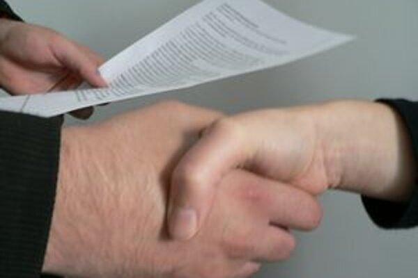 Dohoda. Predávajúci aj kupujúci by si mali dať pozor, aby na kúpnej zmluve bola uvedená taká suma, za akú sa nehnuteľnosť naozaj predáva. Inak ide o daňový podvod.
