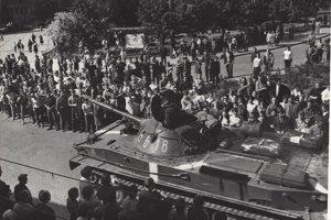 Unikátne zábery z námestia v Prievidzi z augusta 1968.