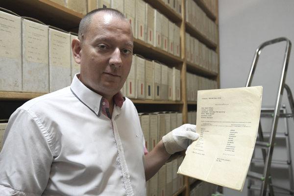 Na snímke riaditeľ Štátneho archívu v Košiciach Richard Pavlovič s vysvedčením pre Leonida Iľjiča Brežneva.