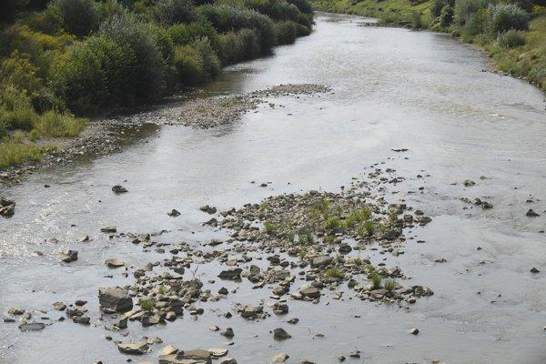 Koryto Hornádu už nie je celé pod vodou, trčia z neho kamene.