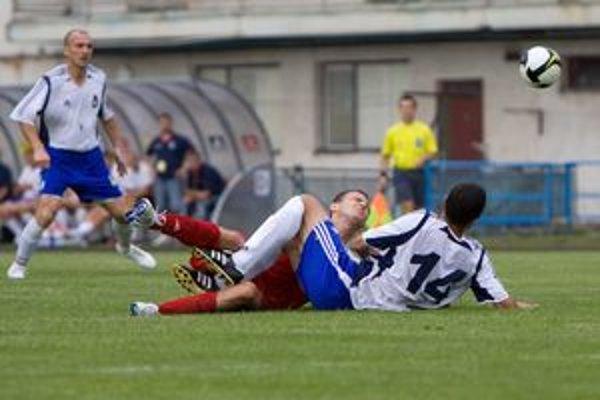Podobne ako Dušan Sadžakov (s číslom 14) sa na zemi ocitol celý tím. Vľavo číha Juraj Siman.