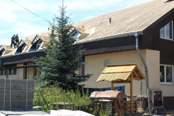 Pôvodný kanadský šindeľ na streche základnej školy musia Čimhovčania vymeniť za plech.