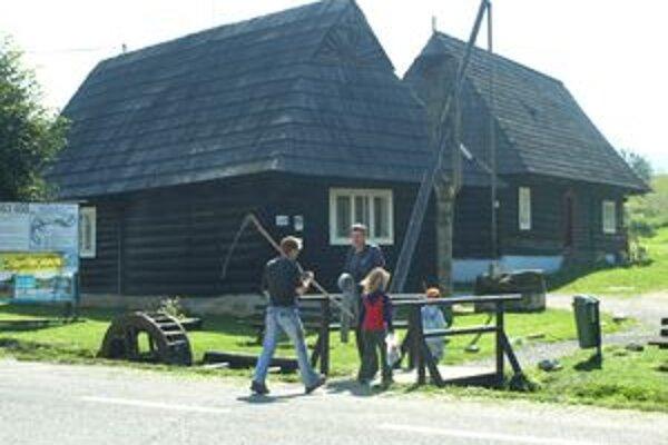 Návštevníkov Podbiela už nevíta drevený Jánošík. Sochu úplne zničili dovolenkári z Bratislavy.