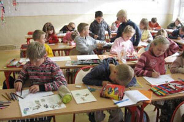 V Breze sa na nedostatok žiakov v triedach nemôžu sťažovať. A podľa vývoja pôrodnosti ich bude stále viac.
