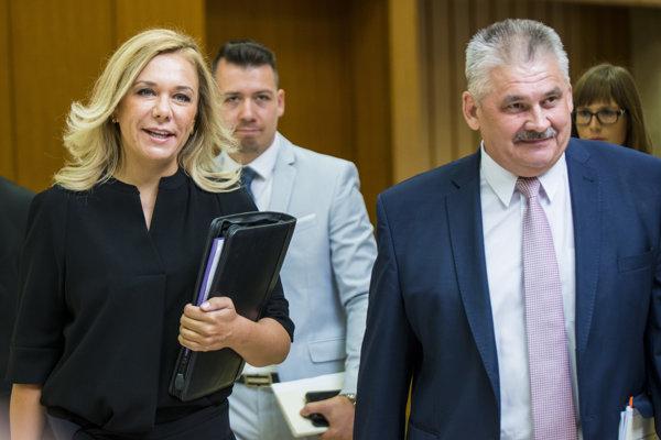 Ministerka vnútra Denisa Saková a minister práce Ján Richter pred rokovaním vlády.