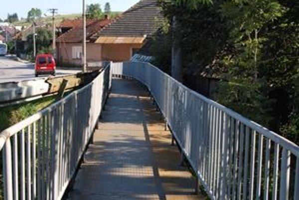 Drevenú plochu mostového chodníka vymenili Babínčania za trvácnejšiu kovovú.