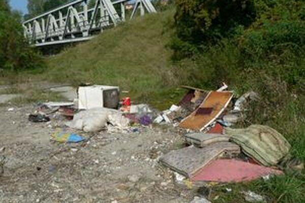 Takéto základy skládok si údajne vytvárajú aj zberači odpadu, ktorí po nazhromaždení vecí na určité miesto ich potom odnesú do zberných surovín.