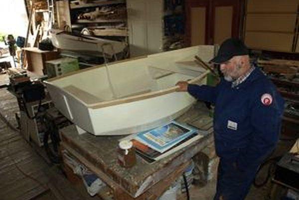 Z garáže rodinného domu urobil Cyril Gálik suchý dok a dielňu zároveň. Tu prerába staré jachty na nové.