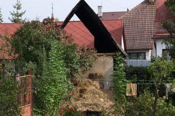Z budovy zostali len spodné kamenné steny a vratká strecha. Obsah humna zhorel do tla.