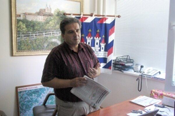 Štefan Daško tvrdí, že tento rok sa ihriská v Ilave postaviť nestihnú.  Môžu za to vraj poslanci.
