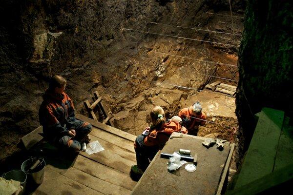Ilustračné foto - vykopávky v jaskyni Denisova.