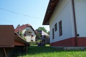 Samčíkovský dom v Sklabini. Dnes je zrenovovaný. Na počesť vyhlásenia obnovenej predvojnovej ČSR na ňom 21. augusta 1944 vyvesili československú zástavu.