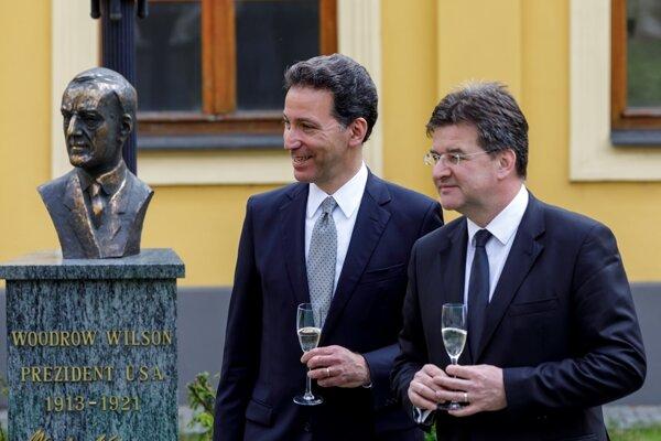 Ameridký ambasádor Adam Sterling a minister zahraničných vecí Miroslav Lajčák počas slávnostného odhaľovania busty Woodrowa Wilsona.
