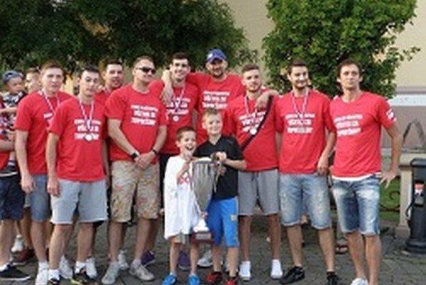 Topoľčianski hádzanári sa s fanúšikmi podelili o cennú trofej.