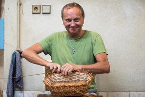 Peter Spáčil. Prvý košík uplietol, keď mal desať rokov. Doteraz vedia v Hlohovci firmu Košimex.