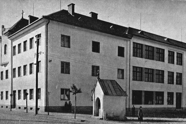 Kláštorná škola, kde Dr. Berger očkoval deti. Dnes v nej sídli zdravotná škola a gymnázium.
