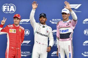 Trio najrýchlejších v kvalifikácii. Zľava Sebastian Vettel, Lewis Hamilton a Esteban Ocon.