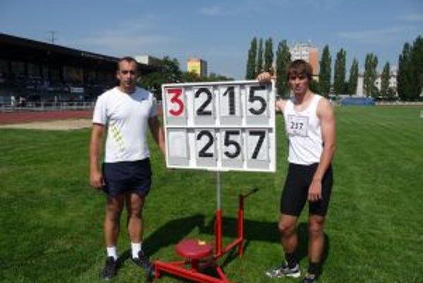 Ladislav Bašo (vpravo) s trénerom Róbertom Piačekom po víťaznom výkone.