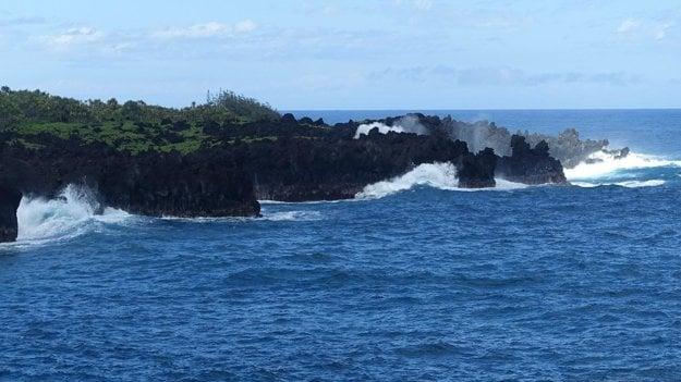 Vlny v parku Waiʻanapanapa na ostrove Maui