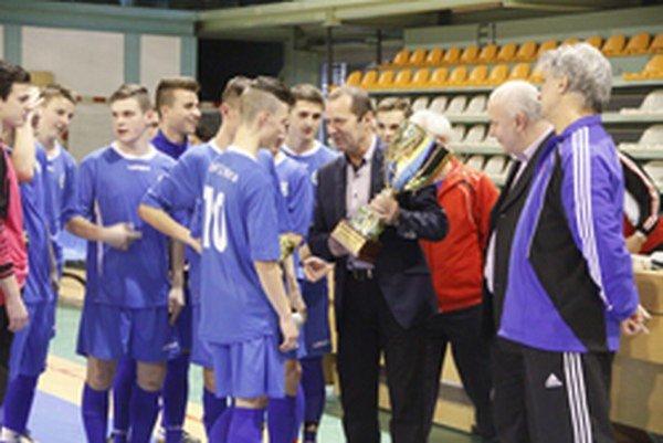 Predseda ZsFZ Ladislav Gádoši blahoželá víťazom premiérového halového turnaja oblastných výberov dorastov.