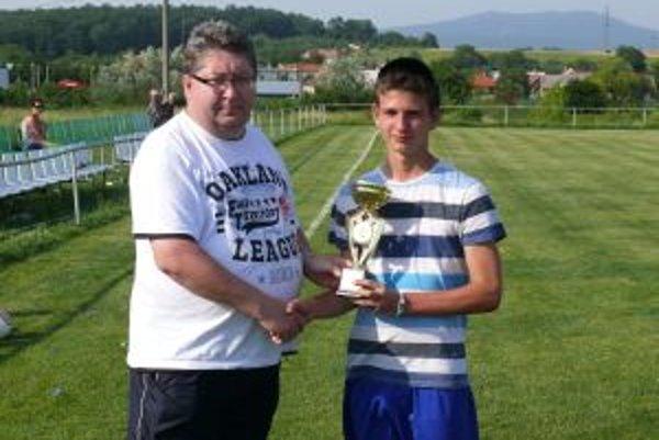Kapitán Dohnian s trofejou za tretie miesto.