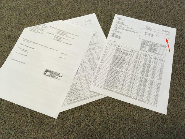 """Vľavo je fotokópia faktúry, ktorú mal preplatiť Slovenský stolnotenisový zväz, na identickej faktúre je vidno pečiatku (vyznačené červenou šípkou) """"Poskytnutá dotácia zrozpočtu mesta Topoľčany"""". Pavol Baláž objavil viac podobných prípadov."""