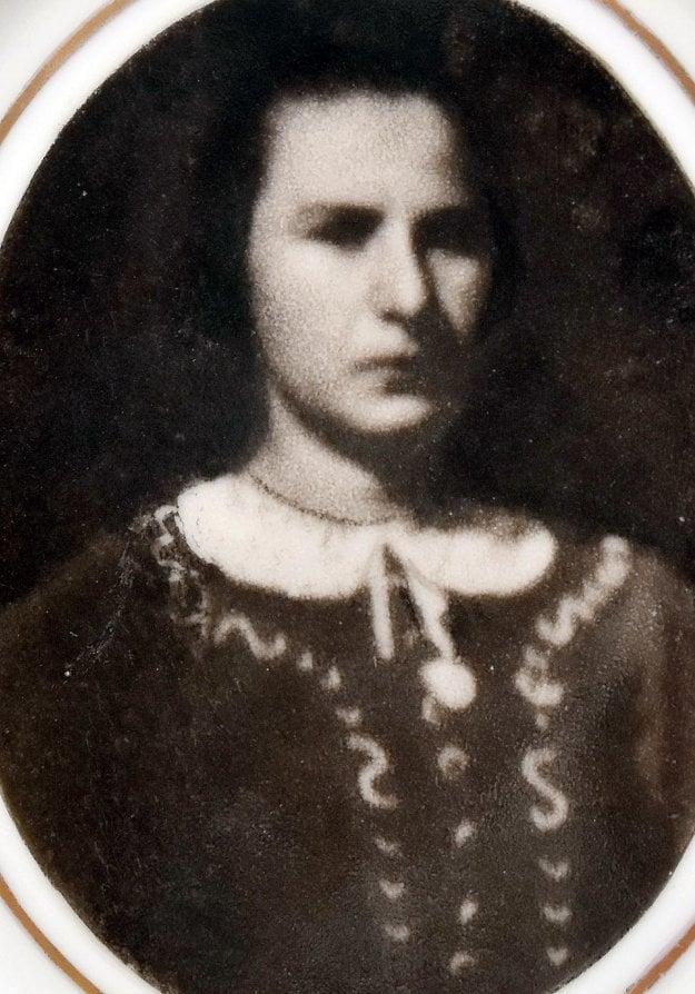 Fotografia Anny Kolesárovej na jej náhrobku na cintoríne vo Vysokej nad Uhom.