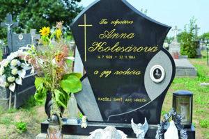 Hrob Anny Kolesárovej na miestnom cintoríne.