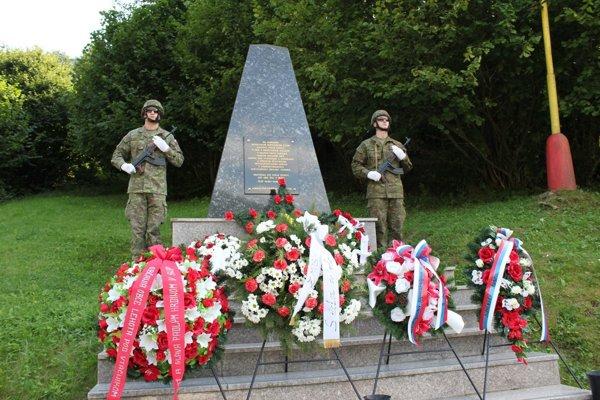 Pomník padlým v SNP a II. svetovej vojne - čestnú stráž držia vojaci z VÚ Zemianske Kostoľany.