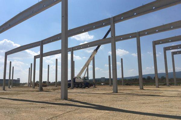 V priemyselnom parku stavajú novú halu.
