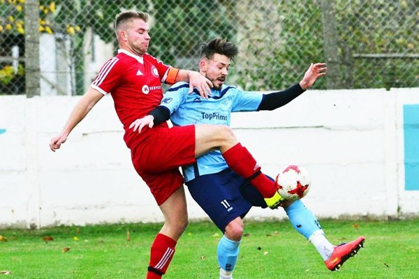Michal Béger (v modrom) prispel dvoma gólmi k víťazstvu Hrušovian v derby v Topoľčanoch.