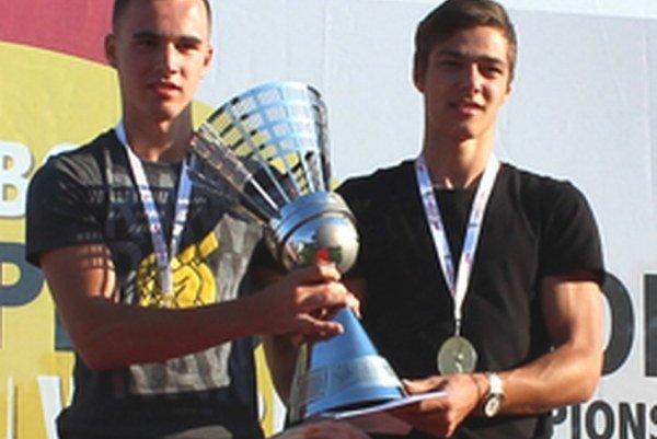 Adam Kakula (vľavo) s víťaznou trofejou.