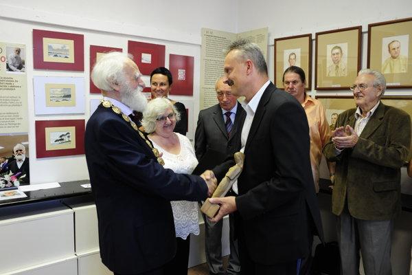 Akademický sochár Štefan Pelikán (vľavo) venoval svoju výstavu významným udalostiam dejín.