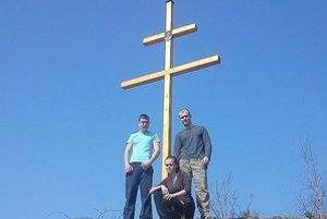 Na Mesteckej skale. Vďaka Paťovi a jeho kamarátovi na nej stojí štvormetrový dvojkríž.