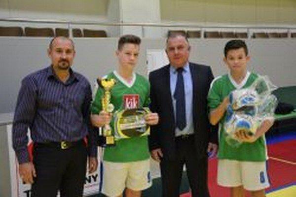 Hráči z Krušoviec si preberajú pohár a lopty za víťazstvo na turnaji.