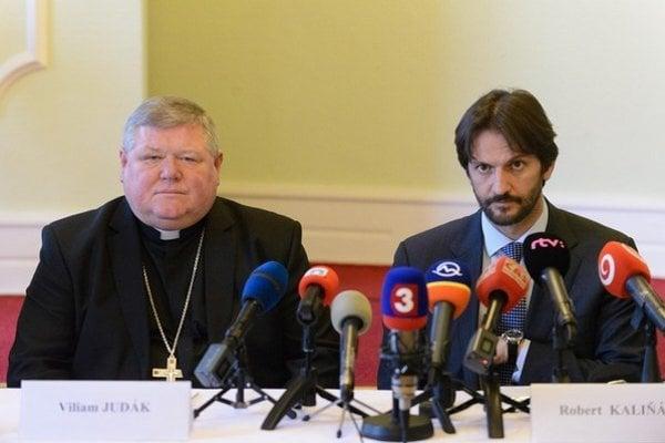 Minister vnútra Robert Kaliňák rozprával opomoci bratom kresťanom zIraku, ktorí hovoriajazykom Ježiša, snitrianskym rímskokatolíckym biskupom Viliamom Judákom.