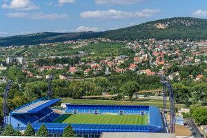 Štadión má kapacitu 7 480 miest.