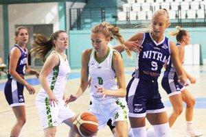 Basketbalistky Nitry sa v prvých testoch stretli s Ostravou. V modrom vľavo Natália Martišková, vpravo Linda Dubeňová.