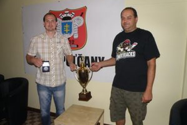 S pohárom a medailou za druhé miesto na turnaji. Zľava generálny manažér Radoslav Hecl a hlavný tréner topoľčianskych mužov Miloš Paulovič.