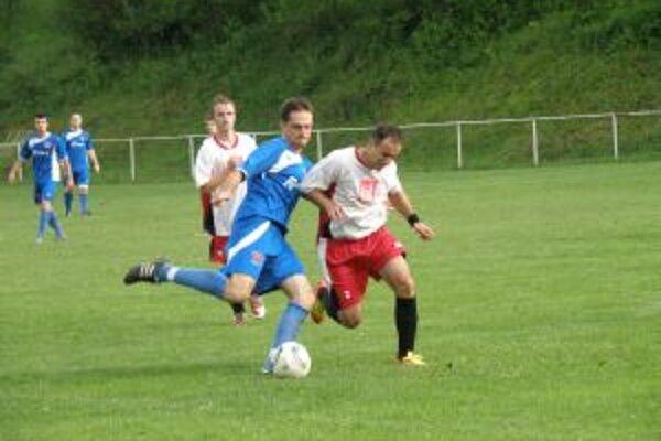 Borčičan Turza (v modrom) dal v Jasenici vyrovnávajúci gól. Bráni ho Kukučiar, v pozadí F. Šterdas.