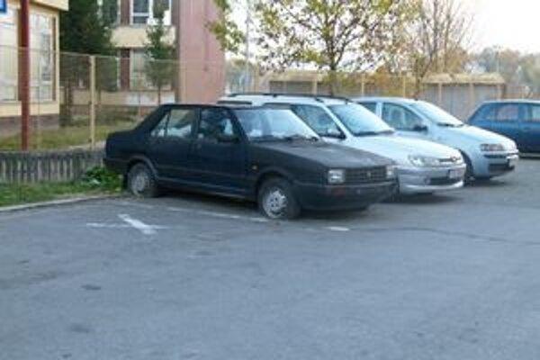 Zaparkovaný vrak tu už údajne stojí niekoľko rokov.