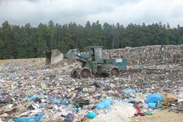 Na skládke je množstvo nebezpečného odpadu.