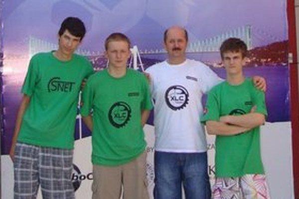 Robotické tímy XLC a SNET na MS RoboCup2011 v Turecku. Zľava Adrián Matejov, Marek Šuppa, Rastislav Gaži, Jakub Krošlák.