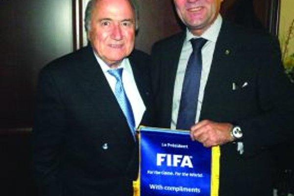 Predseda ZsFZ Ladislav Gádoši (na snímke so šéfom FIFA Blatterom) hovorí aj o nových sponzoroch pre futbal na západe.