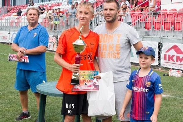 Riaditeľ turnaja Ernest Peterke, Adrián Kóoš aTomáš Ďubek so synom, veľkým futbalovým talentom.